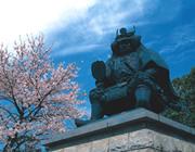 武田信玄は、戦国時代、山梨県を中心に活躍した有名な武将です。甲府駅の広場にある信玄像は待ち合わせのポイントとして親しまれています。